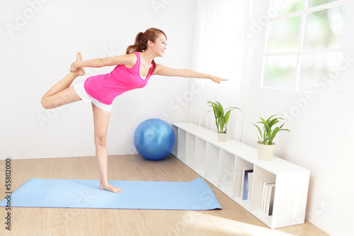 Foto-Flächenvorhang ohne Schienensystem - healthy young woman doing yoga at home (von ryanking999)