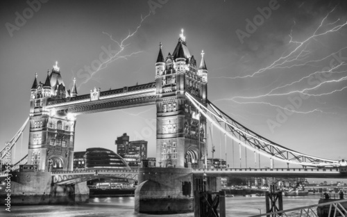 Poster Londres bus rouge London. Majesty of Tower Bridge on a stormy evening