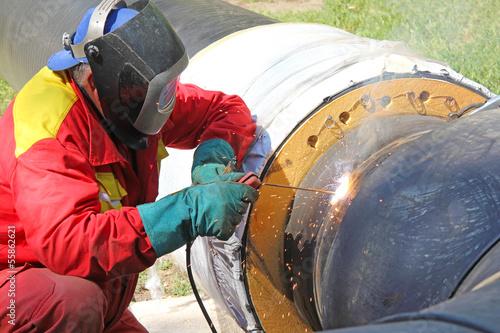 Poster Bleu nuit Welder at work, welding pipes