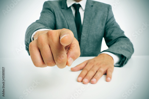 Obraz man in suit pointing the finger - fototapety do salonu