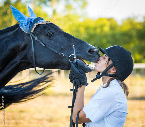 Foto-Flächenvorhang ohne Schienensystem - Young Woman Kissing a Black Stallion Horse (von william87)