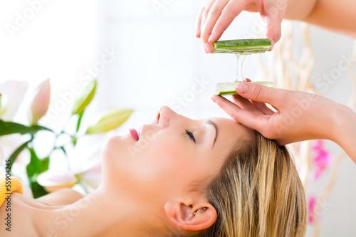Plissee mit Motiv - Wellness - woman having aloe vera application