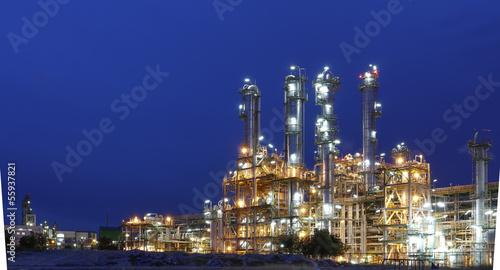 Tuinposter Industrial geb. Night scene of Petrochemical factory