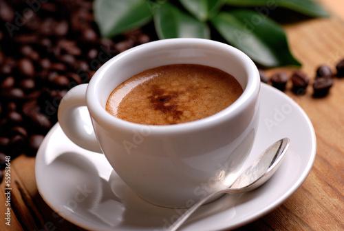 Платно caffè espresso nella tazzina bianca
