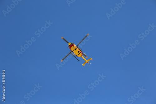 Tuinposter Helicopter Point jaune sur ciel bleu