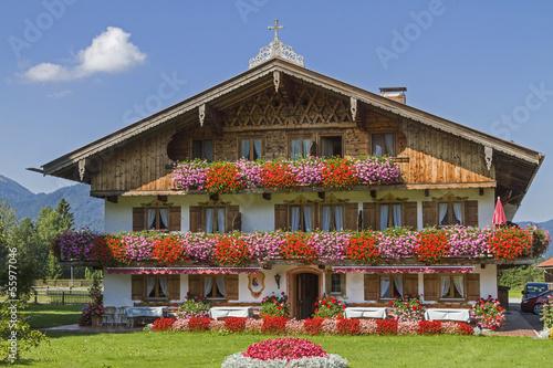 Foto  Bauernhaus mit Blumenschmuck