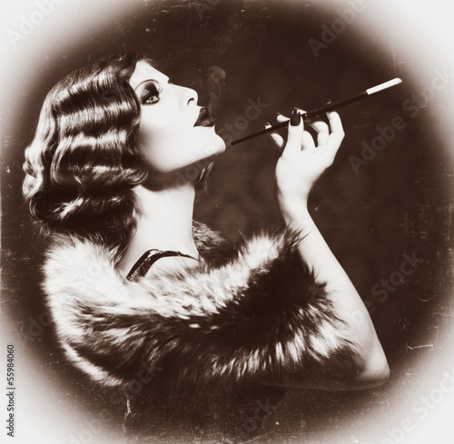 retro-kobieta-palenia-vintage-w-stylu-czarno-biale-zdjecie