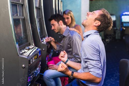 Fotografía Grupo de amigo jugar con las máquinas tragaperras