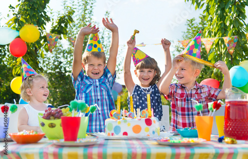 Photo  Group of kids having fun at birthday party