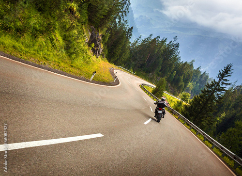 Fotografía  Biker in Austrian mountains