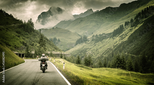 Papiers peints Alpes Motorcyclist on mountainous highway