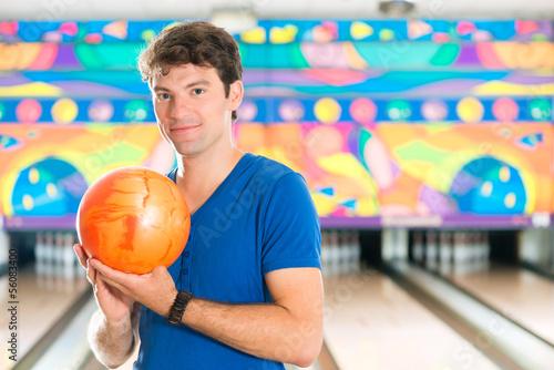 Foto-Schmutzfangmatte - Young man bowling having fun (von Kzenon)