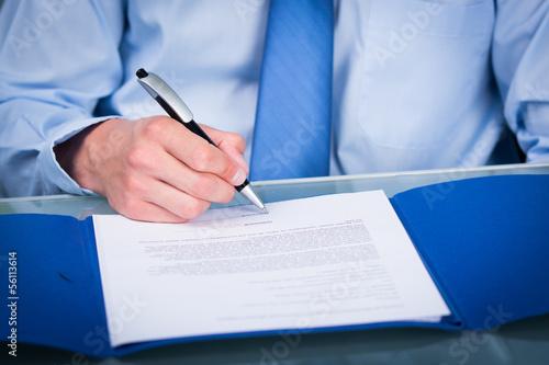 Fotografia einen vertrag unterzeichnen