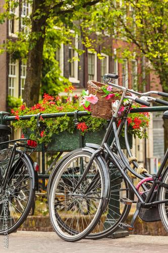 lato-widok-bicykle-w-holenderskim-miescie-amsterdam