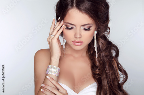 Fotografía  Beautiful woman with curly hair and evening make-up isolated on