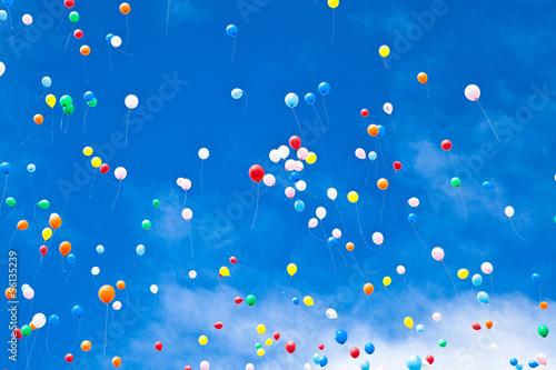 大空に飛ぶ風船 Poster