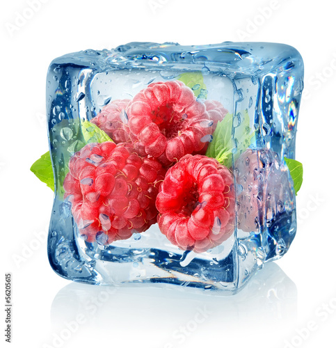 Poster Dans la glace Ice cube and raspberries