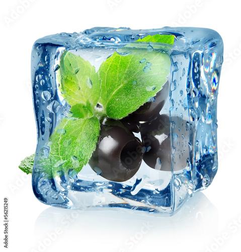 Staande foto In het ijs Olives in ice cube