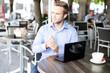 junger Geschäftsmann im Cafe