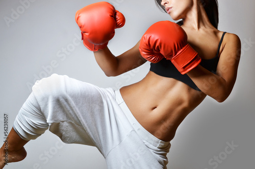 Photo beautiful woman with the red boxing gloves, studio shot