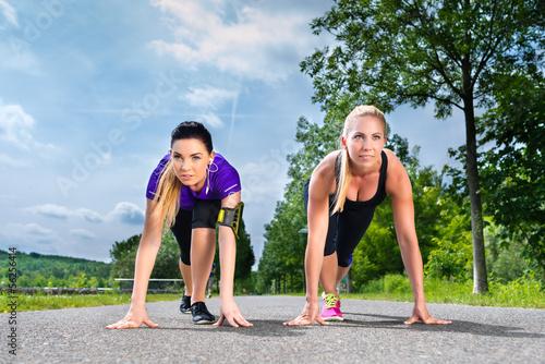 Foto-Schmutzfangmatte - Sports outdoor - young women doing fitness in park (von Kzenon)
