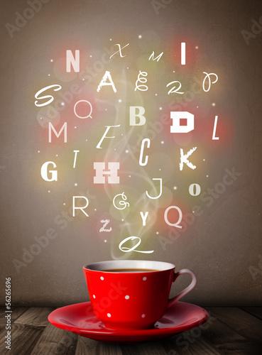 filizanka-kawy-z-kolorowych-liter