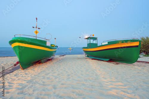 zielone-lodzie-rybackie-na-plazy-morze-baltyckie-polska