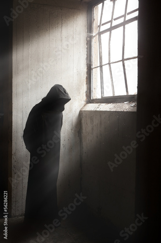 Photo  Reaper waiting in a dark abandoned building