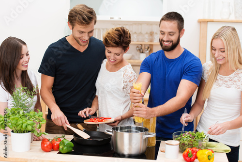 Fotografie, Obraz  junge leute kochen zusammen
