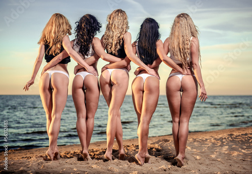 Zdjęcie XXL Seksowni plecy pięć pięknych kobiet w bikini na plaży