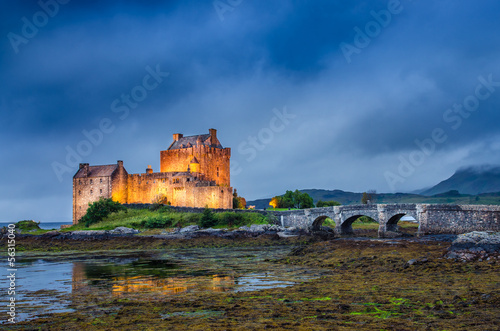 View of Eilean Donan castle at sunset in Scottish highlands Fototapet