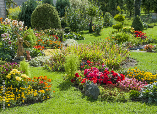 Foto op Canvas Tuin Landscaped flower garden