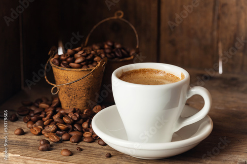 Deurstickers koffiebar Coffee cup with coffee beans on wooden background