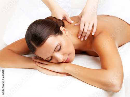 Foto-Stoff - Massage. Close-up of a Beautiful Woman Getting Spa Treatment