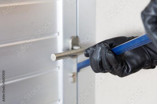 Fotografía  Ladrón con una barra de hierro