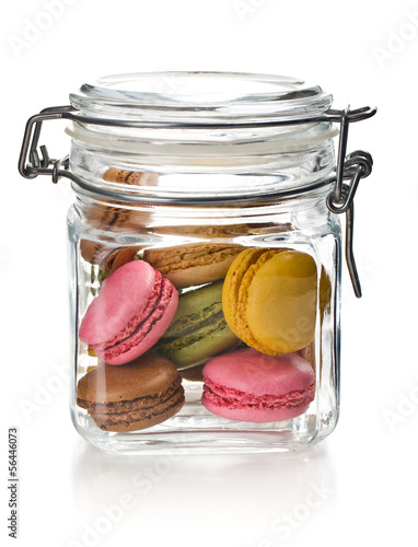 Photo colofrul macaroons in glass jar