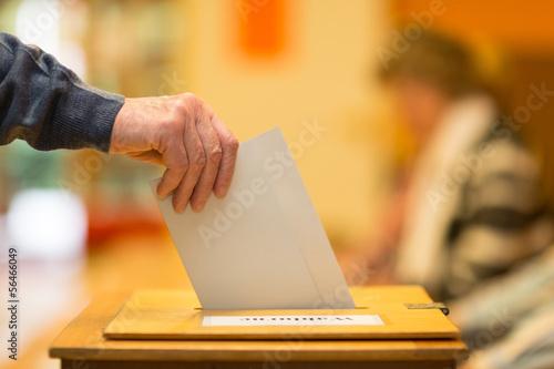 Fotografie, Obraz  Stimmzettel v Wahlurne