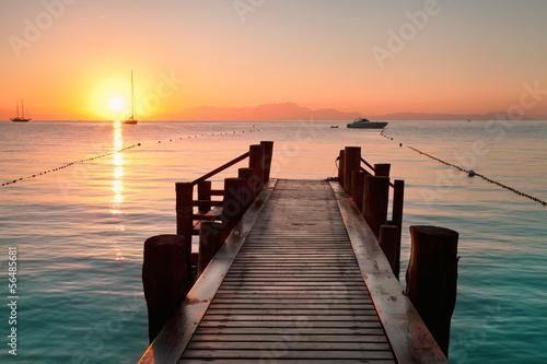 Wschód słońca na drewnianym molo