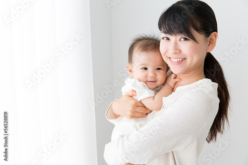 Fotografía  asian baby and mother relaxing