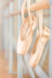 Zbliżenie pointes na balet na barre - 56550409