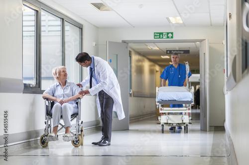 Tableau sur Toile Doctor Patient Hospital Corridor Nurse Pushing Gurney Stretcher