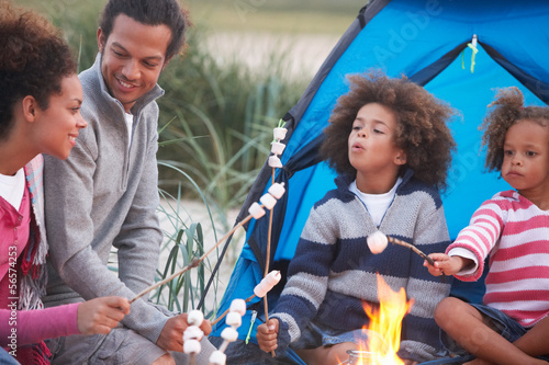 In de dag Kamperen Family Camping On Beach And Toasting Marshmallows