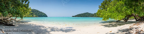 Foto op Plexiglas Panoramafoto s Huge Panorama Wild Tropical Beach. Turuoise Sea at Surin Marine