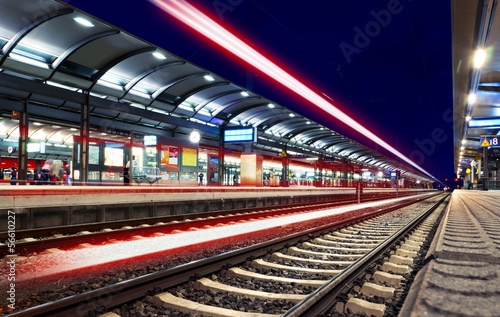 Obraz Lichter Lichtspuren Bahnhof nachts - Train Station Speed Lights - fototapety do salonu