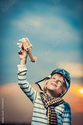 dziecko-bawiace-sie-modelem-samolotu