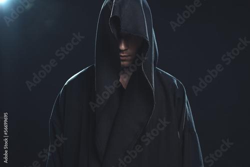 Fotografía  Portrait of man in a black robe