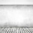 weiße Wand aus Ziegelstein mit Holzdielen