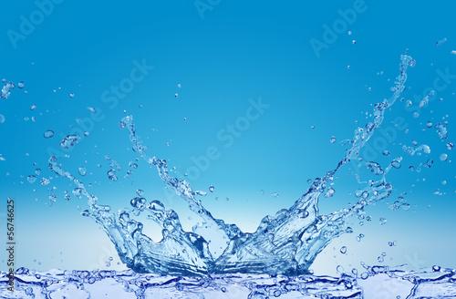 Plusk wody na niebieskim tle