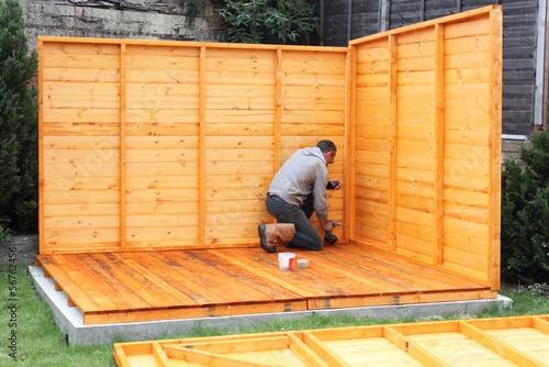 Cuadros en Lienzo Building a wooden shed