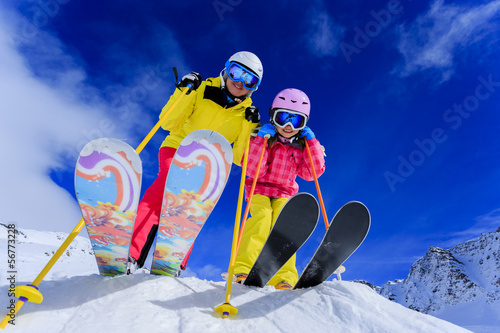 Poster Glisse hiver Ski and winter fun - skiers enjoying ski vacation